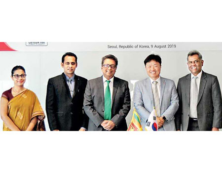 The representatives from both parties including Chargé d'Affaires of the Embassy of Sri Lanka in the Republic of Korea Jagath Abeywarna, Sri Lanka Tea Board Chairman Lucille Wijewardena and Korean Chaebol Lotte Group e-Commerce Business Headquarters Chief Executive Director Lim Sung-muk who participated in the signing ceremony at the Lotte World Tower last week